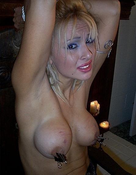 blondes-girl-mit-nippelklammern